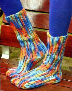 tejidos artesanales en crochet: originales medias tejidas en crochet para pies coloridos