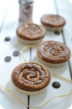 Les envies de Brownie viennent souvent me hanter ! Et comme c'est tellement rapide et facile à préparer, pourquoi se gêner ! Cette fois-ci, j'ai rajouté une touche de beurre de cacahuètes, ça se marie très bien dans le brownie et ça devient ultra gourmand.... Brownie Recipes, Cake Recipes, Cake Cookies, Cupcake Cakes, Desserts With Biscuits, French Bakery, Brownie Bar, Pie Dessert, Chocolate Peanut Butter