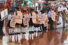 Niños honran a Honduras desfilando bajo la lluvia Estudiantes desfilaron este viernes en Choluteca. Los pequeños dieron ejemplo de civismo en el país. http://www.laprensa.hn/honduras/999297-410/ni%C3%B1os-honran-a-honduras-desfilando-bajo-la-lluvia