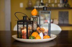 centre de table pour l'automne - lanternes métalliques, mini citrouilles et fleurs orange