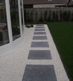 Stapstenen in grind Modern Landscaping, Outdoor Landscaping, Front Yard Landscaping, Garden Paving, Garden Paths, Back Gardens, Outdoor Gardens, Porch And Balcony, Small Backyard Pools