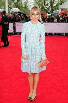 Romántico vestido de Sienna Miller en alfombra roja. Outfit celebridades. Que visten los famosos #Celebridades #Moda