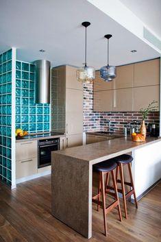 Кухня в цветах: серый, светло-серый, белый, сине-зеленый. Кухня в стиле лофт.