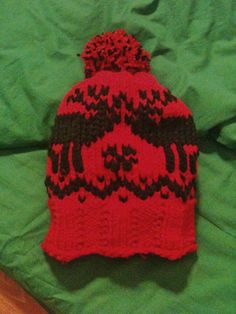 Cappello in lana maglia rasata e ricamo a punto maglia.