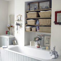 badezimmer-weiße-badewanne-regale mit schachteln - 30 super Ideen für kreative Badezimmergestaltung