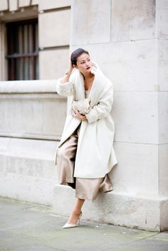 Cashmere coats and velvet scarves are the essence of luxury - photo session Cozy Fashion, Winter Fashion, Fashion Outfits, Woman Fashion, Peony Lim, Cashmere Coat, White Outfits, Feminine Style, Her Style