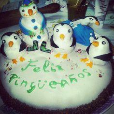 Penguin Cake - Tarta Pingüino: Directa desde el Polo Sur viene esta tarta de cumpleaños de bizcocho de manzana y canela con mermelada de melocotón y unos pingüinos turistas que se dejaron caer por Alicante.