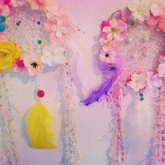 お花のデコレーションが可愛すぎ!『フラワードリームキャッチャー』で良い夢見ましょ♡にて紹介している画像