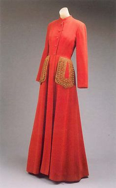 Persimmon orange, wool evening coat (circa Slightly flared a-line silhouette. Large exterior pockets at the hips, accentuated by braid. Vintage Gowns, Vintage Coat, Vintage Outfits, 1940s Fashion, Timeless Fashion, Vintage Fashion, Fashion Pics, Vintage Couture, Historical Clothing