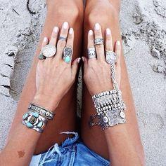 anéis e pulseiras maravilhosas.