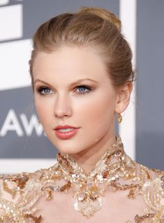 Taylor Swift at the 2008 CMA's - Taylor Swift Beauty and Hair Photos - Harper's BAZAAR