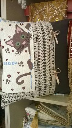 Cat Ergoxeira  Valentini Burlap, Reusable Tote Bags, Cats, Places, Gatos, Lugares, Hessian Fabric, Kitty Cats, Cat