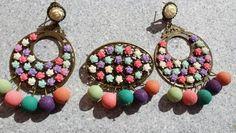 Conjunto de flamenca modelo flores silvestres.  Pendientes y broche. Lleva colgando bolas de resina rugosa. Cierre omega