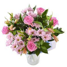 В состав букета входят альстромерии, розы и хризантемы, а также зелень. Цветы всех оттенков розового смотрятся очень свежо и нежно.
