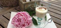 """Eisbecher """"Chai"""" mit Yogi Tee  Rezeptidee: Eisbecher """"Chai""""  1 Liter Gewürztee (z.B. Yogitee) herstellen, abkühlen lassen und in hohe Gläser oder Eisbecher füllen. Ein bis zwei Kugeln Vanilleeis dazugeben und wer mag, mit einem Sahnehäubchen krönen. Je nach Geschmack mit Kakao, Schokostreusel, Zimt oder Vanille bestäuben"""