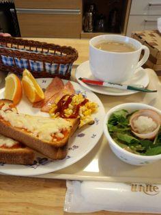今日のお昼ご飯はピザトーストセットとホットカフェオレいただいています。