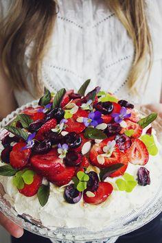 Glutenfri gräddtårta med jordgubbar, körsbär, mynta och ätbara blommor