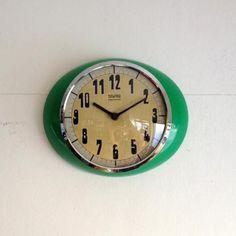 ヴィンテージの壁掛け時計|グリーンのオーパルフレームが素敵なイタリアのウォールクロックです!モダンなフォルムとポップで鮮やかなグリーンが壁をより一層素敵にしてくれますね。文字盤のゴールド、フレームのクロムがポップ過ぎないように落ち着きを出してくれています。ミッドセンチュリー、モダンなモダンなインテリアにマッチします!アンティークなインテリアのアクセントとしてもおススメです。