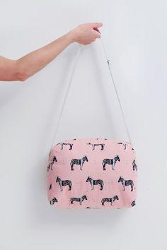 Dit is echt een superhandig formaat van tas! Ze kan gebruikt worden als sportzak, bibzak, zwemzak,...      (Stof: Zebrahola roze van Sof...