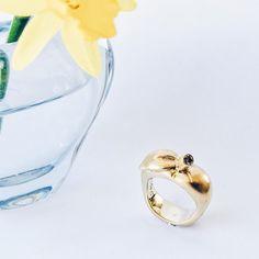 Æbleringen passer perfekt til solskinnet i dag! 🍏🍏🍏 #æblering #applering #æble #apple #etæbleomdagen... #anappleaday... #gold #guld #silver #sølv #diamond #diamant #smykker #jewelry #jewellery #guldsmed #jeweller #goldsmith #handcrafted #handmade #danishdesign #guldsmedlouisedegn