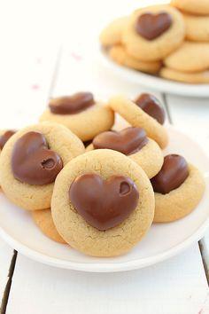 Les cookies au beurre de cacahuète du blog Amuse Bouche me faisaient de l'oeil depuis un petit moment. J'avais aussi en tête de vous proposer des cookies pour la Saint Valentin, avec un cœur en chocolat au milieu comme sur cette photo trouvé sur Pinterest....