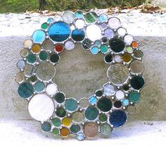 Handgefertigter Kranz aus Glas hergestellt mit Tiffanytechnik der Verzinnung. Ich habe Kathedrahlglas mit Raster und Buntglas benutzt. Größe im Durchschnitt ca. 23 cm Der Kranz ist Schwarz/Grau patiniert und mit Antioxidant behandelt. Dieser Kranz ist nicht vorrätig und wird nach