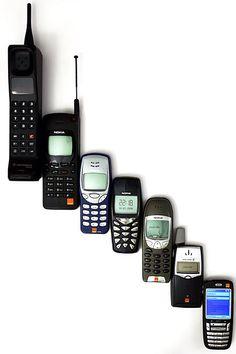 La telefonía celular. Martin Cooper fue el pionero en esta tecnología, al introducir el primer radio-teléfono, en 1973, en Estados Unidos, mientras trabajaba para Motorola; pero no fue hasta 1979 cuando aparecieron los primeros sistemas comerciales en Tokio, Japón por la compañía NTT. En 1981, los países nórdicos introdujeron un sistema celular similar a AMPS Por otro lado, en Estados Unidos, en 1983 puso en operación el primer sistema comercial en la ciudad de Chicago.