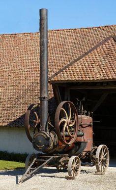 Locomobile Vendeuvre type 7, N° 933 de 1907 - Machine à vapeur avec cuve de 600 l. moteur à vapeur pouvant entraîner des engins agricoles, dont les batteuses, poids total 3,5 tonnes. Les Établissements de Construction Mécanique de Vendeuvre ont succédé un peu avant 1907 à ceux créés par J-B. Léonard Protte en 1843. Ils étaient spécialisés dans la construction de matériel agricole, batteuses et locomobiles. Après 1945 la société a produit les célèbres tracteurs Vendeuvre jusqu'en 1962.