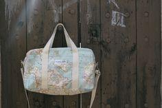 """75% algodón 25% poliesterMedidas: 36cm. de largo x 23cm de ancho y 14cm. de grosorComo las bolsas de viaje, pero más pequeña y manejable, nuestras bolsas de """"fin de semana"""" están perfectamente cosidas y sobre hiladas, de doble capa de loneta estampada y forro interior que sorprende, con cremallera, cinta con mosquetón y base rígida. Hecha con mucho cariño y deseosa por recorrer mundo o acompañarte en tu día a día."""