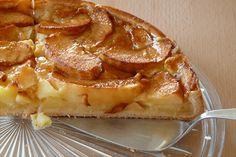 Pour un peu varier, je vous présente une recette d'une tarte au pommes faite d'une pâte brisée garnie de pommes .cette tarte est très admirée par les français pour un dessert, voici la recette ,déguster cette tarte tiède.