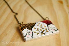 collar hecho con arcilla blanca, pintado a mano y protegido con barniz especial