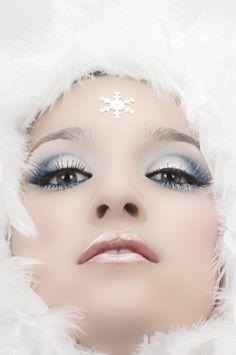 Erst vor kurzem in der aktuellen Vogue oder Glamour geblättert und das wunderschöne Make up des Mädchen auf der Titelseite bewundert? Oder auf einer Party gewesen und die Konkurentin mit farbenfrohen Smokey Eyes gesehen und neidisch geworden? Es gibt viele wunderschöne Make ups – egal ob für die Party oder für den Alltag -! Doch wie genau schminke ich dies nach? Schminktipp.com ist die Hilfe! Schluss mit lästiger Suche nach Schminktipps und Schminkvideos bei Youtube und Co., denn wir haben…
