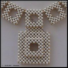 R.A.W un jour ,R.A.W toujours!Une autre version graphique 3D des carrés alternés et superposés retenus dans le dos par une chaine vue prise...