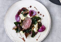 Beef tenderloin with red onions and truffle sauce will excite your dinner guests. Delicious Dinner Recipes, Great Recipes, Yummy Food, Tapas, Wine Recipes, Cooking Recipes, Portobello, Pavlova, Food Presentation