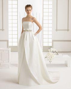 3af959788322 Brautkleid aus Seiden-Piqué mit Perlenstickereiverzierung. Rosa Clará  Kollektion 2016. Abiti Da Sposa
