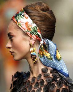 DOLCE  GABBANA  Un raccolto non troppo curato nello styling, quasi improvvisato e avvolto da un foulard. Look mediterraneo nelle intenzioni del suo creatore, l'hair stylist Guido Palau.