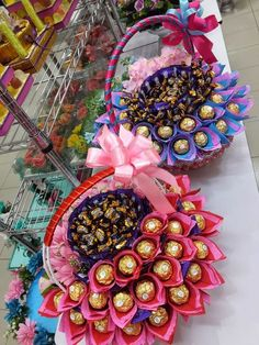Картинки по запросу tips menghias hantaran pernikahan untuk coklat Wedding Gift Baskets, Wedding Gift Wrapping, Candy Bouquet Diy, Diy Bouquet, Chocolate Pack, Chocolate Gifts, Candy Flowers, Paper Flowers, Paper Peonies