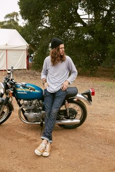オイルダメージを加えたかっこいいジーンズと軽い感じのロンTで調和されたスタイル。