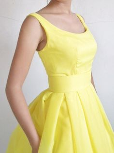 Yellow dress with a boat neckline and knee length por elegance50s