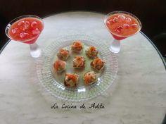 Coctel de frutas, con canapés de aguacate y bonito