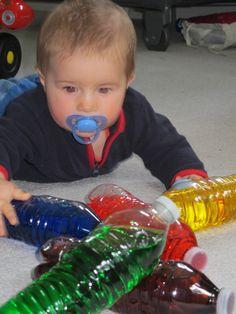 Botellas rellenas con agua y colorante. Estimulación sensorial.