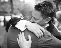 Bröllop Torslanda Kyrka. Gratulationer utanför kyrkan.