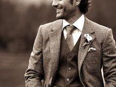 J'adore le tweed. Cette laine est vraiment une de mes préférées, je trouve qu'elle donne toujours un super cachet aux costumes ou aux vestes. En découvrant Jonathan, le mannequin du jour, j'ai donc flashé directement sur son magnifique costume en tweed gris assorti à une touche de mauve. Cette matière est idéale pour un mariage d'automne ou d'hiver et permettra au groom de ne pas geler en vous attendant sur le perron. Le tweed donne à un costume un côté casual mais en même temps…