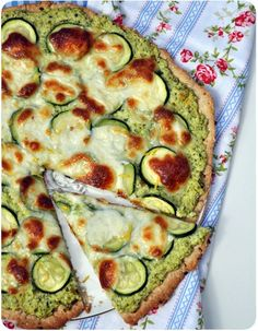 """Une tarte mi-pizza, mi-rustique, avec une pâte """"santé"""" (la même que pour la tarte aux poireaux de Cléa, et la tarte aux asperges vertes et tomme de brebis, une vraie découverte) et une garniture végétarienne aux accents du sud! Tarte rustique au pesto..."""