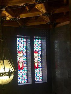 En el Palau Güell, hay vidrieras que utilizan color para incluir las iniciales del nombre de la familia Güell. El propósito aquí es para la personalización de su casa. Los colores de la vidriera son muy calmas porque es en una casa y necesita igualar con la resta de la decoración.