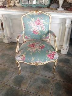 Paris Flea Market - Wonderful vintage treasures for your home Art Chair, French Chairs, Floral Chair, Beautiful Furniture, Chair Redo, Vintage Furniture, Vintage Chairs, Shabby Chic Furniture, Bright Furniture