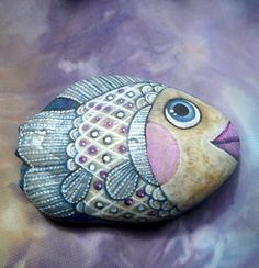 Beautiful rock fish [from site called StoneJane]. Can you just see these stones in a small pool in the garden? Or, around the edges. Pebble Painting, Love Painting, Pebble Art, Painted Rocks Craft, Hand Painted Rocks, Painted Stones, Fish Rocks, Pet Rocks, Rock Painting Ideas Easy