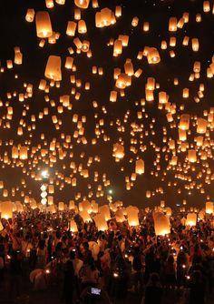 Chiang Mai, Thailand 2015年11月25日に行われたタイ・チェンマイのお祭り「イーペンランナーインターナショナル」の様子です! Floating Lanterns, Sky Lanterns, Beautiful Places To Travel, Beautiful World, Lit Wallpaper, Sky Aesthetic, Believe In Magic, Anime Scenery, Light Art