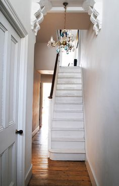 White stairs and old wood floors. Victorian Hallway, Victorian Terrace, Victorian Homes, White Hallway, White Stairs, Bright Hallway, Painted Stairs, Wooden Stairs, Painted Wood