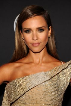 Jessica Alba flaunted a perfectly blended smoky eye and a just-arrived-from-the-beach glow. // #beauty
